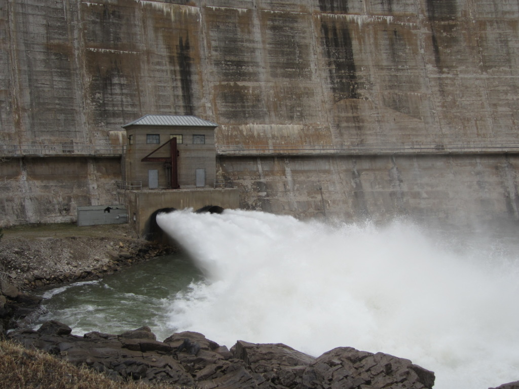 Dam with flow1